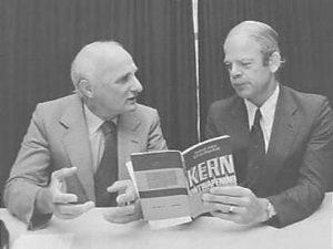 "Aanbieding boek ""Kernontwapening. Utopie of realiteit?"" 10 september 1981, Chiel von Meijenfeldt en kamerlid Bas de Gaay Fortman (PPR)"