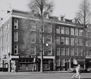 """Bilderdijkstraat 212hs te Amsterdam, op foto bij luifel. Van 1945 tot 1948 voeren Willem von Meijenfeldt en Antje Lagendijk er een winkel """"In Koffij & Thee""""."""